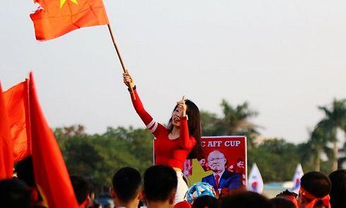 Chùm ảnh hotgirl bốc lửa 'nóng bừng' không khí sân Mỹ Đình trận Việt Nam với Philippines