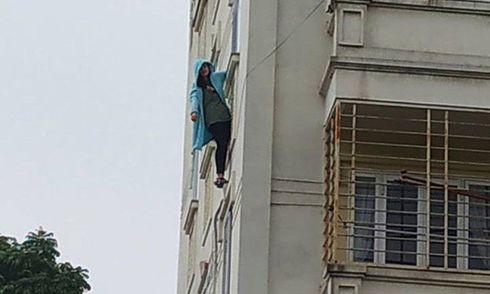 Hà Nội: Cô gái đu mình ngoài cửa sổ chung cư rồi nói vọng xuống nhờ người gọi cảnh sát
