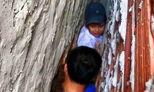 Đuổi theo mèo, bé trai 8 tuổi bị mắc kẹt trong khe tường rộng 30cm