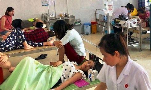 Hơn 50 người nhập viện cấp cứu trong lúc đi du lịch ở biển Hải Tiến