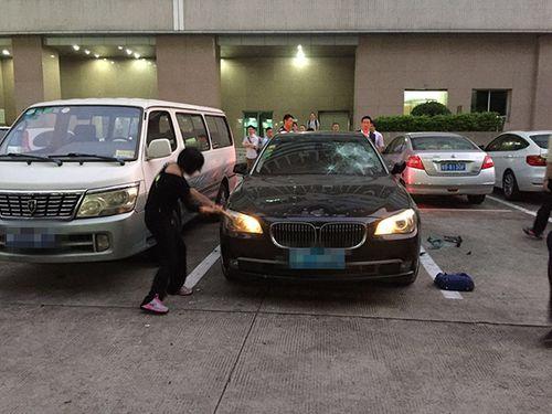 Lại thêm vụ vợ đập tan BMW vì phát hiện chồng có nhân tình - Ảnh 1