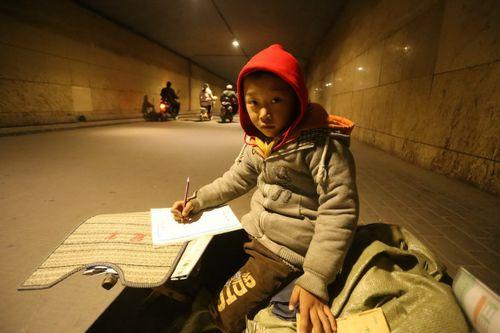 Cảm động bé trai 7 tuổi chịu rét ngồi học bài giữa đường - Ảnh 2