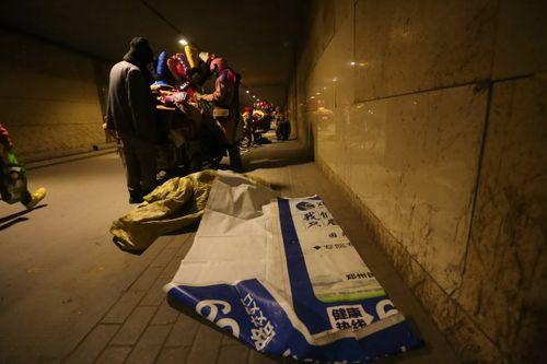 Cảm động bé trai 7 tuổi chịu rét ngồi học bài giữa đường - Ảnh 4