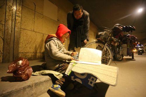 Cảm động bé trai 7 tuổi chịu rét ngồi học bài giữa đường - Ảnh 3