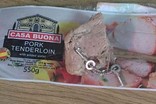 Sốc khi phát hiện cả chùm chìa khóa trong hộp thịt đông lạnh - Ảnh 1