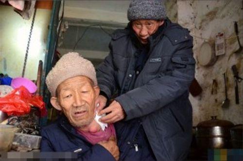 Cảm động người đàn ông mắc ung thư cưu mang ông lão ăn xin - Ảnh 3
