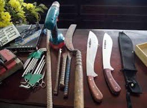 Nhóm thanh niên chuyên vác dao kiếm đi ăn trộm - Ảnh 1