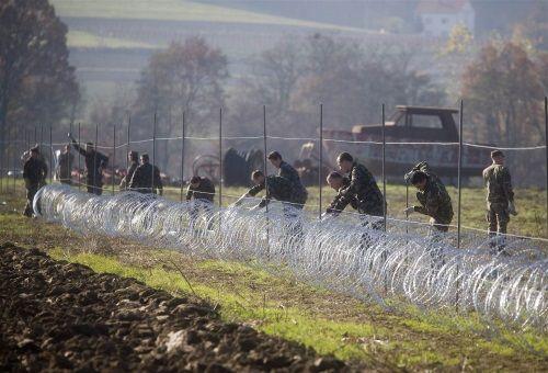 Binh lính Slovenia dựng hàng rào biên giới ngăn người nhập cư - Ảnh 1