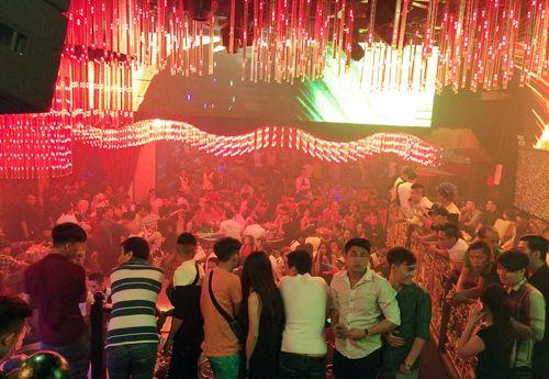 Cảnh sát ập vào quán bar, dân chơi Sài Gòn ném ma túy bỏ trốn - Ảnh 1