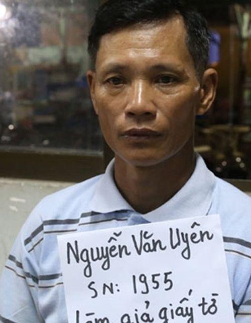 Bắt gã xe ôm làm giả giấy phép lái xe cho công nhân - Ảnh 1