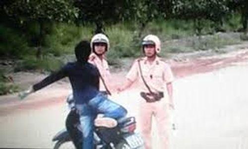 Bị yêu cầu dừng xe, tài xế xe tải hành hung cảnh sát giao thông - Ảnh 1