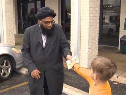 Cậu bé 7 tuổi đập lợn tiết kiệm quyên tiền cho nhà thờ Hồi giáo - Ảnh 1