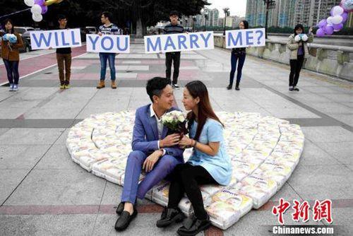 Xếp 4500 chiếc tã thành hình trái tim để cầu hôn bạn gái - Ảnh 1