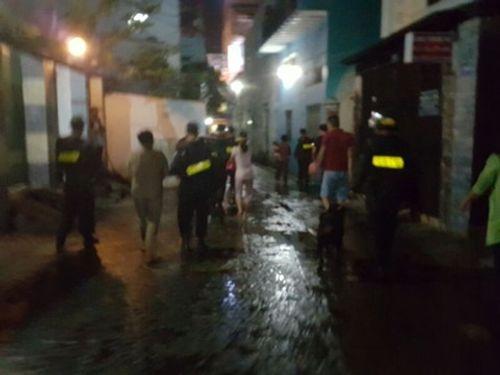 """Cảnh sát đội mưa """"vây"""" ổ ma túy ở Bình Thạnh - Ảnh 1"""