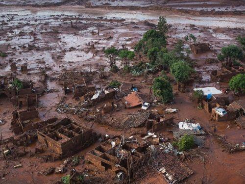 Vỡ đập, lũ bùn nhấn chìm nhà cửa tại Brazil, hàng chục người mất tích - Ảnh 1