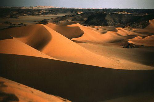 Đẹp mê hồn những vùng sa mạc nổi tiếng thế giới - Ảnh 18