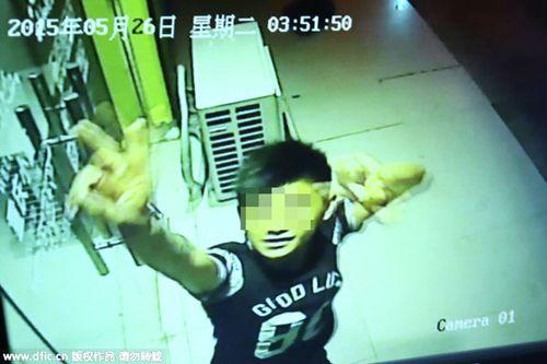 Tên trộm nhảy múa khiêu khích  trước camera an ninh  - Ảnh 1