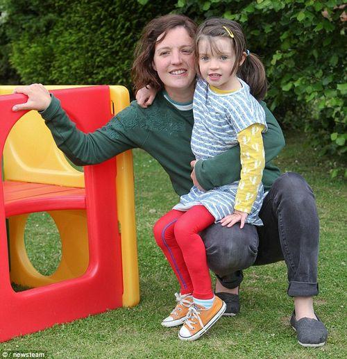 Bé 4 tuổi suýt mất chân vì biến chứng của bệnh thủy đậu - Ảnh 2