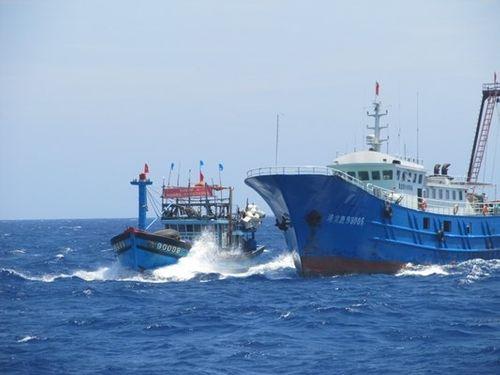 Tàu Trung Quốc cướp tài sản, đâm hỏng tàu cá của ngư dân Việt Nam - Ảnh 1