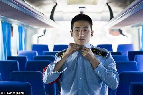 Chàng phụ xe buýt thành sao sau 1 đêm nhờ mạng xã hội - Ảnh 1
