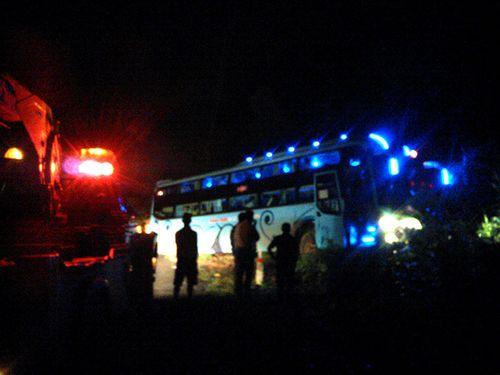 Xe giường nằm lao vực, gần 50 khách bị kẹt trên đèo - Ảnh 1