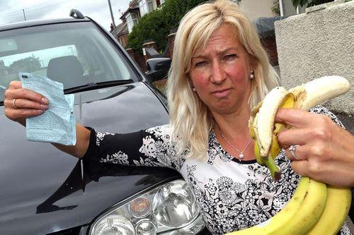 Một phụ nữ bị phạt 3,4 triệu đồng vì ăn chuối trong khi lái xe  - Ảnh 2