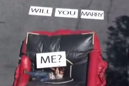 Cô gái đứng tim nhìn bạn trai rơi từ mái nhà xuống đất khi đang cầu hôn - Ảnh 1