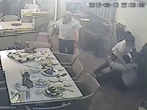 Giang hồ xông vào nhà hàng ở Nha Trang đâm chủ quán trọng thương - Ảnh 1