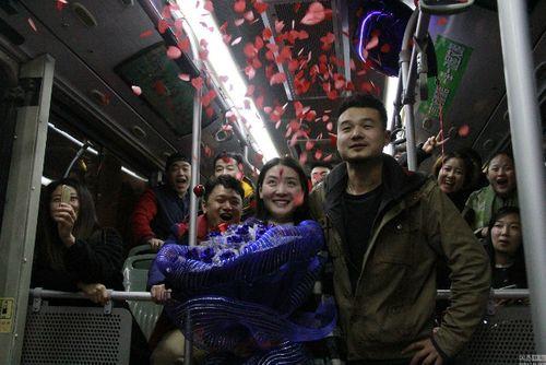 Chàng trai dũng cảm cầu hôn bạn gái trên chiếc xe bus lần đầu gặp mặt sau 6 năm - Ảnh 1