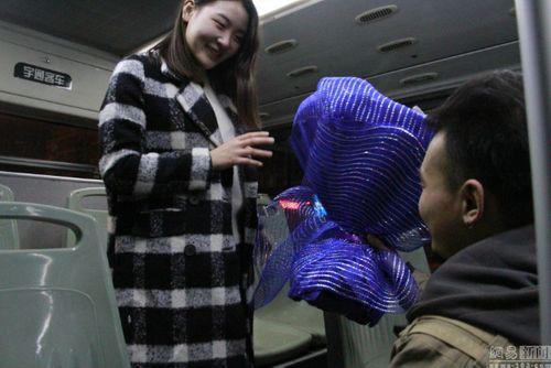 Chàng trai dũng cảm cầu hôn bạn gái trên chiếc xe bus lần đầu gặp mặt sau 6 năm - Ảnh 2