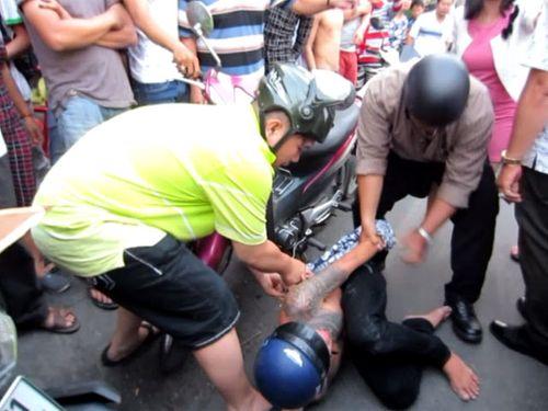 Cô gái truy đuổi hơn 2km, tông ngã hai tên cướp giữa Sài Gòn - Ảnh 1