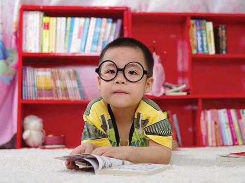 Những dấu hiệu chứng tỏ thị lực của con bạn có vấn đề - Ảnh 2