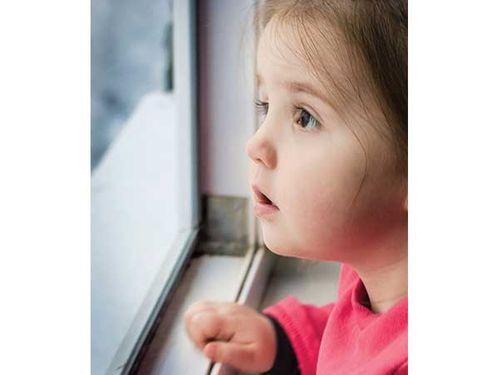 Những dấu hiệu chứng tỏ thị lực của con bạn có vấn đề - Ảnh 1