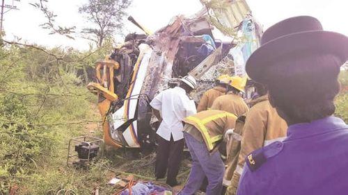 Xe buýt gặp tai nạn thảm khốc tại Zimbabwe, 31 người thiệt mạng - Ảnh 1