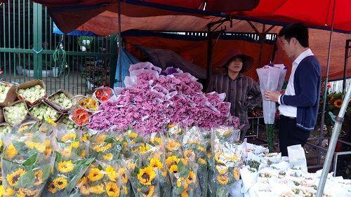 Chợ hoa Quảng Bá nhộn nhịp trước ngày 8/3 - Ảnh 10