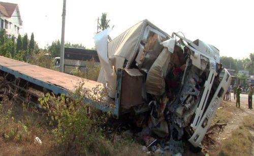 Xe tải va chạm xe đầu kéo khiến 3 người tử vong - Ảnh 1