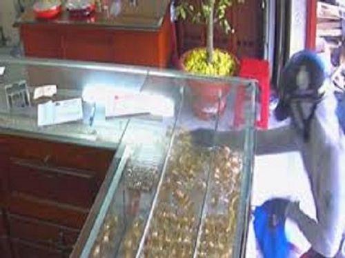 Bắt giữ người phụ nữ giả mua lắc vàng rồi cướp - Ảnh 1