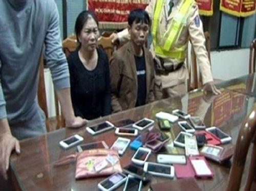 Bắt nhóm trộm hàng chục điện thoại tại lễ hội Đền Kỳ Cùng - Ảnh 1