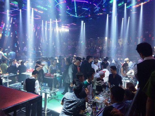 Đột kích quán bar trung tâm Sài Gòn, hàng chục dân chơi ném ma túy tháo chạy - Ảnh 1