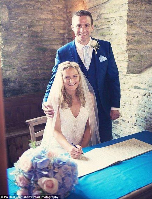 Phát hiện ung thư nhờ cái ôm của chồng sau khi cưới - Ảnh 1