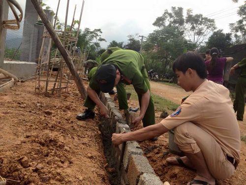 Hà Tĩnh: Hàng trăm chiến sỹ CAND đào đất, cuốc cỏ chung sức XD nông thôn mới - Ảnh 3