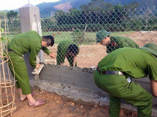 Hà Tĩnh: Hàng trăm chiến sỹ CAND đào đất, cuốc cỏ chung sức XD nông thôn mới - Ảnh 4