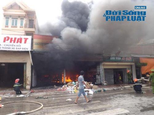 Nghệ An: Cháy lớn tại kho hàng phụ tùng xe máy  - Ảnh 3