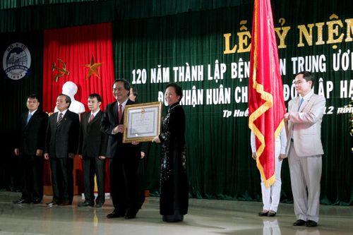 Bệnh viện Trung ương Huế đón nhận Huân chương Độc lập hạng Nhất  - Ảnh 1