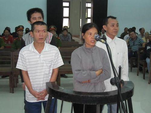Quyết định hoãn xử, gia đình bị hại và bị cáo hỗn chiến ngay tại tòa - Ảnh 1