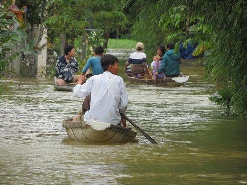 Thừa Thiên - Huế: 600 ngôi nhà vẫn còn ngập sâu trong biển nước  - Ảnh 3