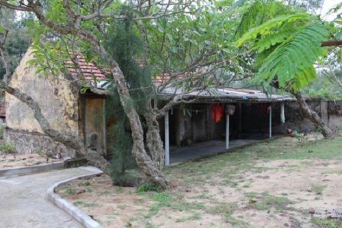 Ngôi đền lưu giữ một số pho tượng cổ bằng đá  - Ảnh 1