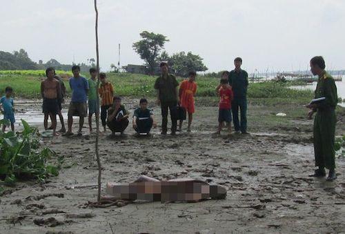 Phát hiện thi thể thiếu niên lõa thể trên vũng bùn - Ảnh 1
