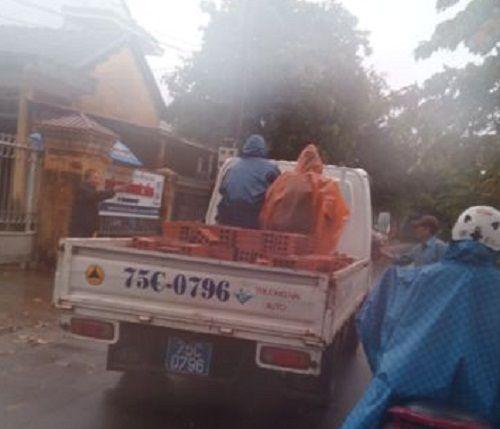 Huế: Dùng xe công để chở gạch cho... chủ tịch - Ảnh 1
