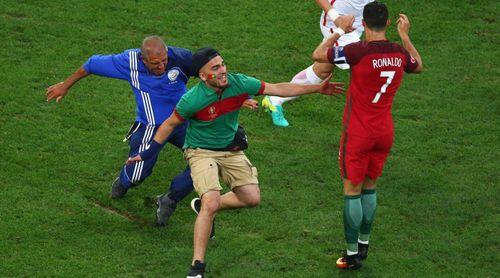 Fan cuồng lao vào sân ôm Ronaldo bất thành - Ảnh 1